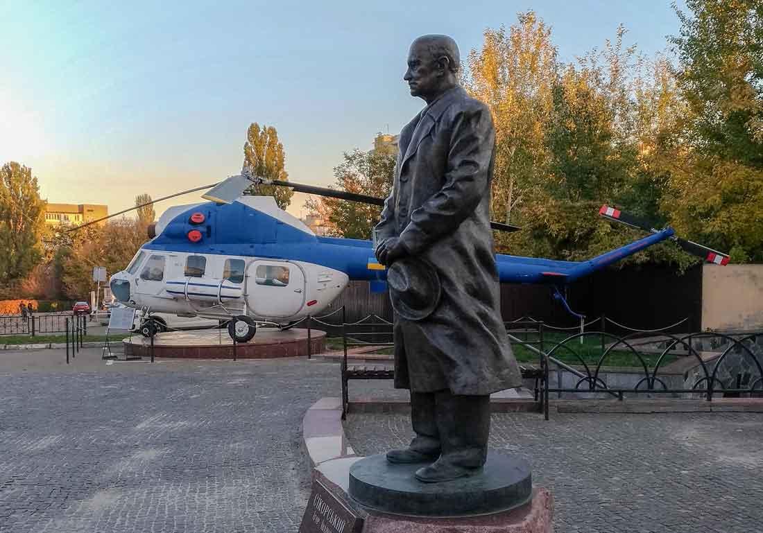 Памятник Игорю Сикорскому Киев Украина