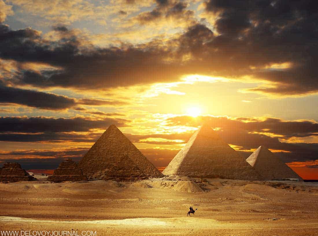 Закат за древними пирамидами в Египте
