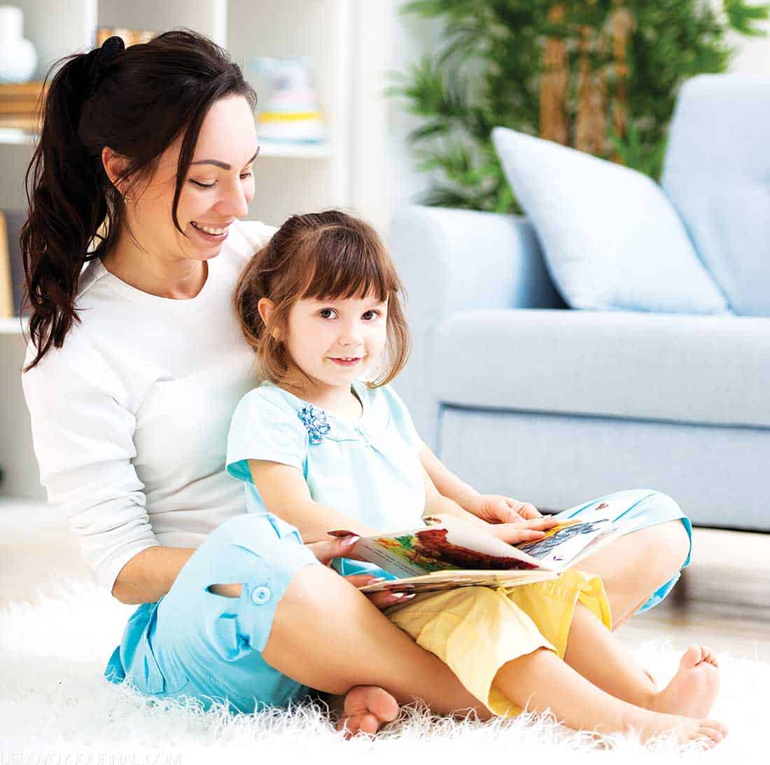 Чтение книги с ребенком