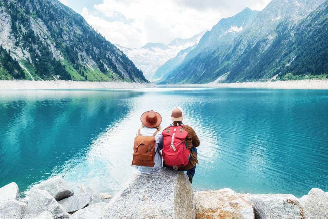 Пара у озера