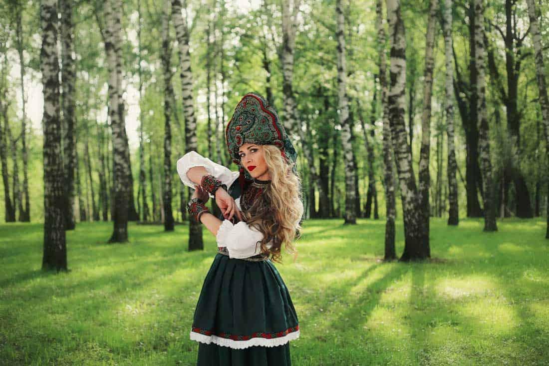 Олеся Евстигнеева, исполнительница народной фолк-поп музыки