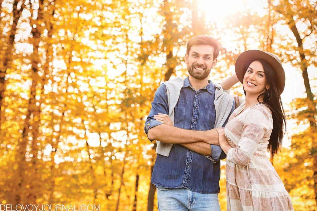 Счастливая пара осенью