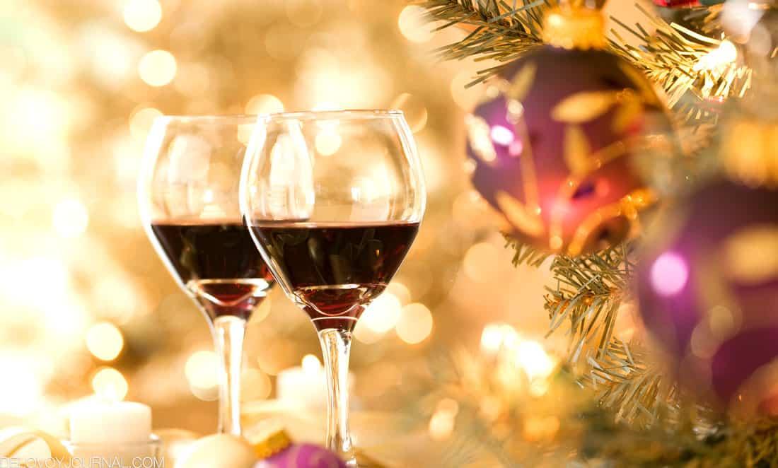 Красное вино на праздничном столе