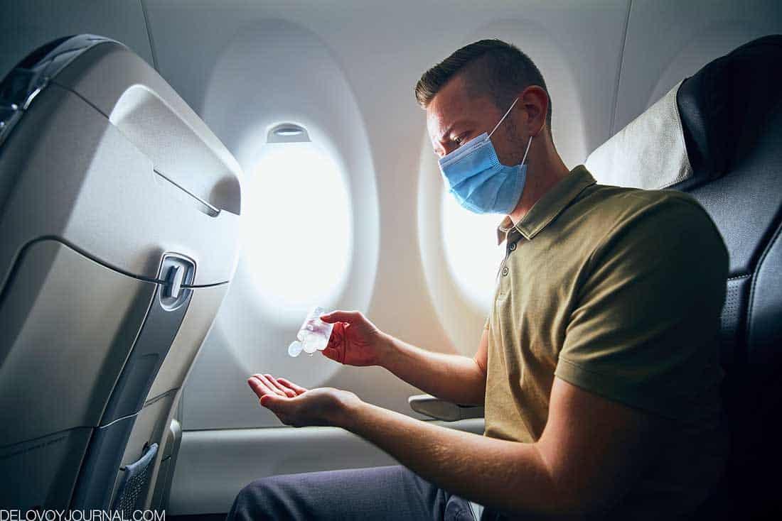 В маске в самолете